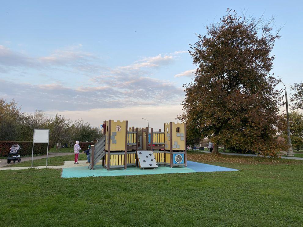 Яркая, красочная детская игровая зона в Коломенском парке
