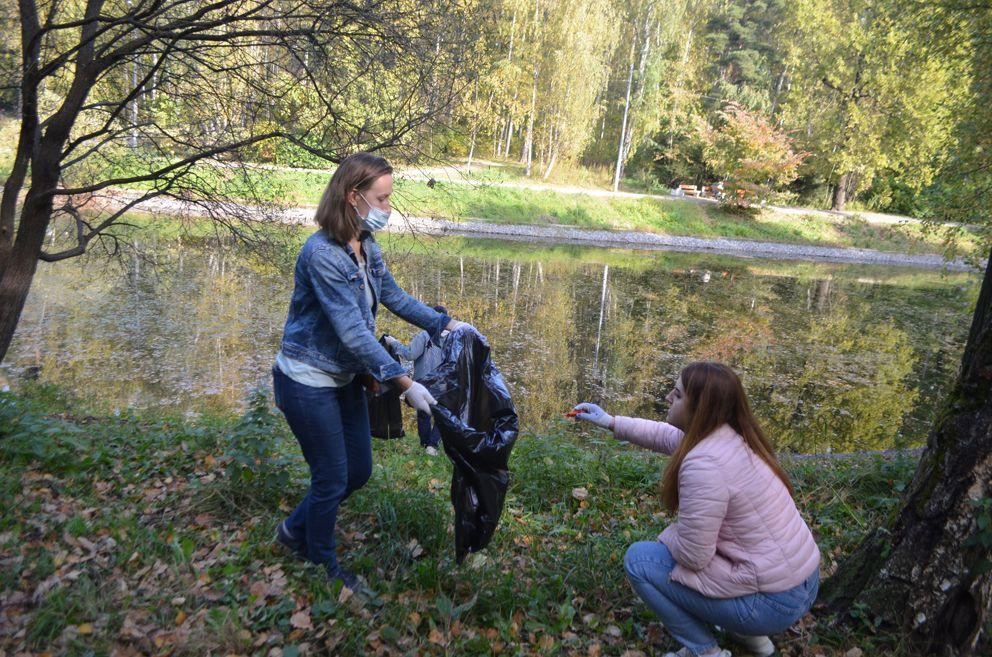 Волонтеры, а это в основном жители близлежащих домов собирали мусор на берегу Среднего Лианозовского пруда