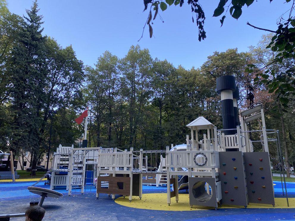 Дети с удовольствием играют на детской площадке, стилизованной под пароход «Севрюга»