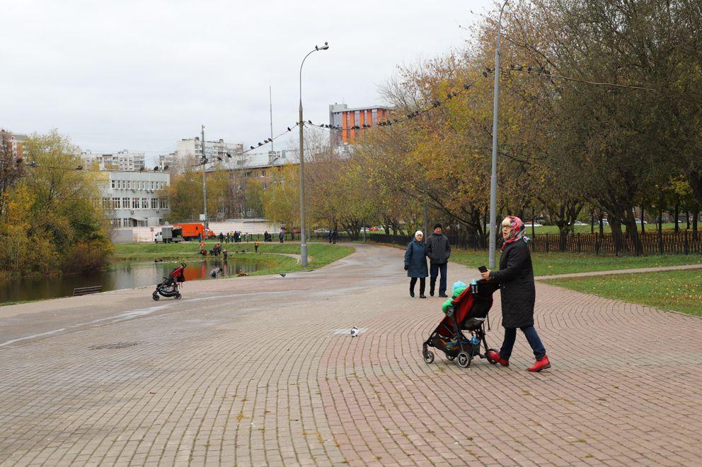 Днем в сквере всегда много родителей с колясками