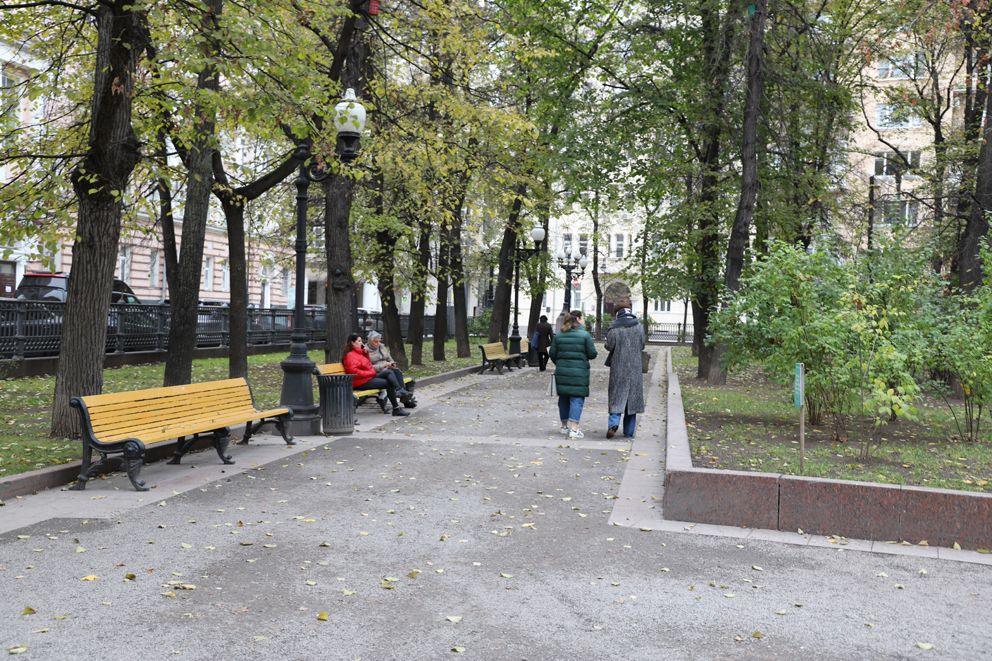 Москвичи гуляют по аллее возле Патриаршего пруда