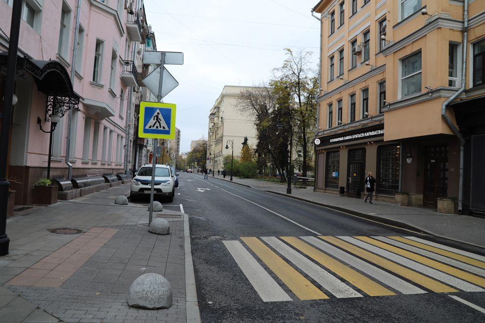 Перекресток между Спиридоновкой и Ермолаевским переулком
