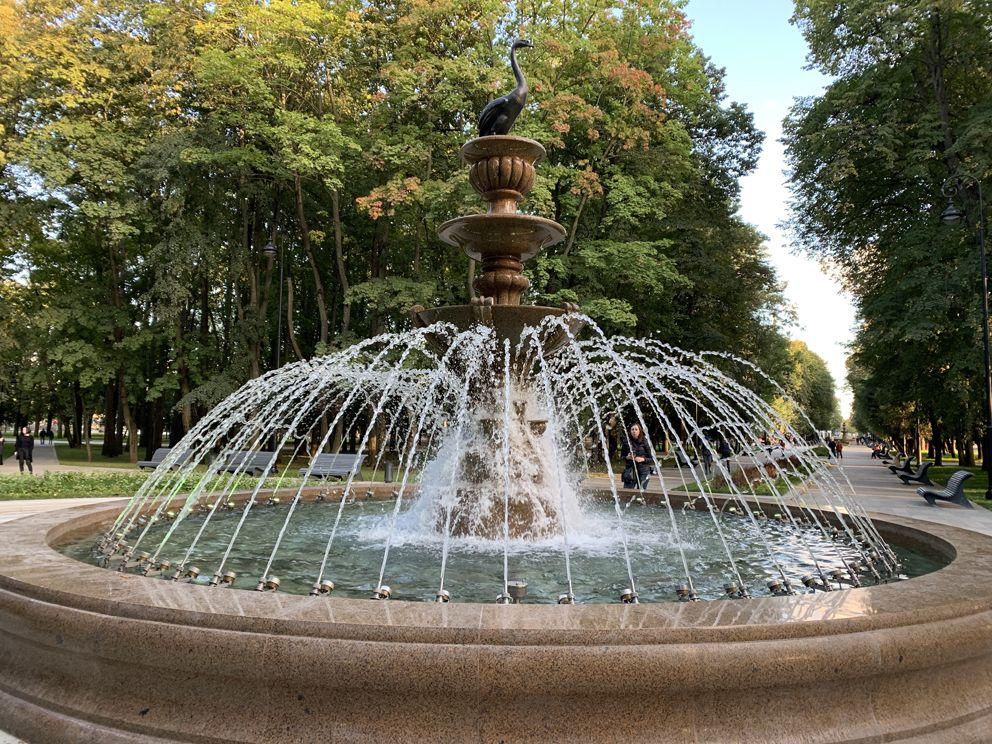 Прекрасный осенний день у фонтана в парке Северного речного вокзала