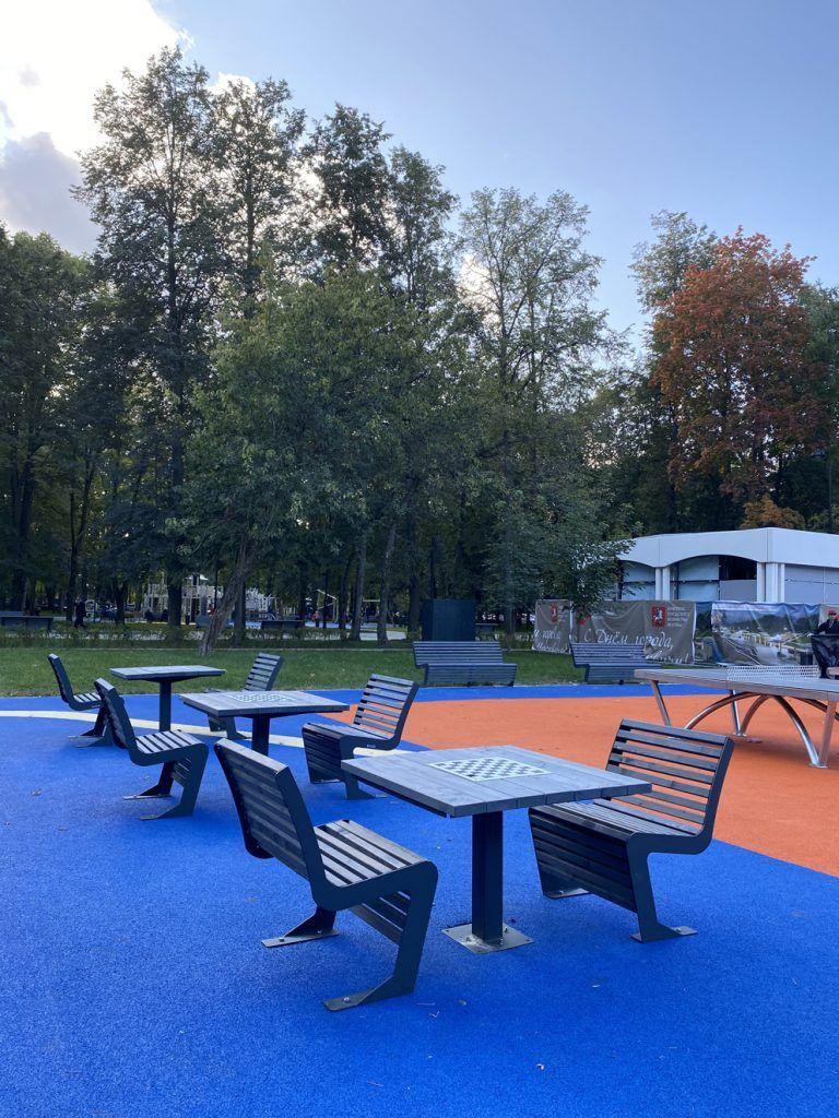 Шахматные столы в парке Северного речного вокзала