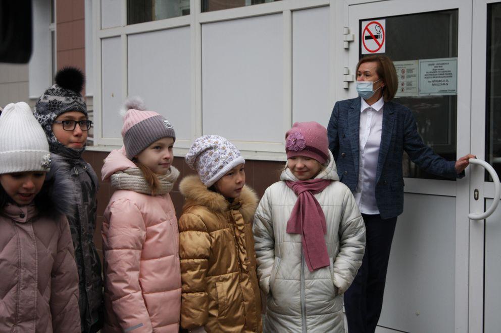 Дети ждут начала акции возле школы