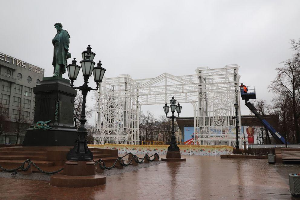 Монтаж арки на Пушкинской площади