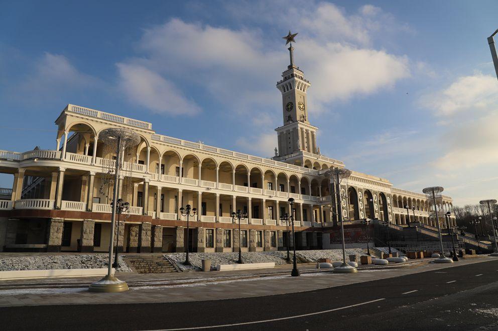 Вид на здание вокзала со стороны водохранилища