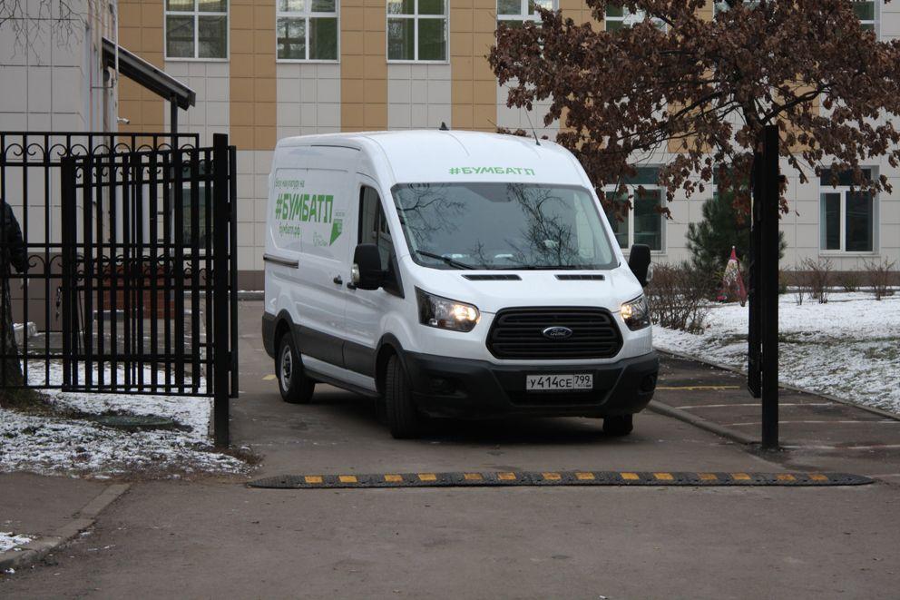 Загруженная машина покидает территорию школы 1213
