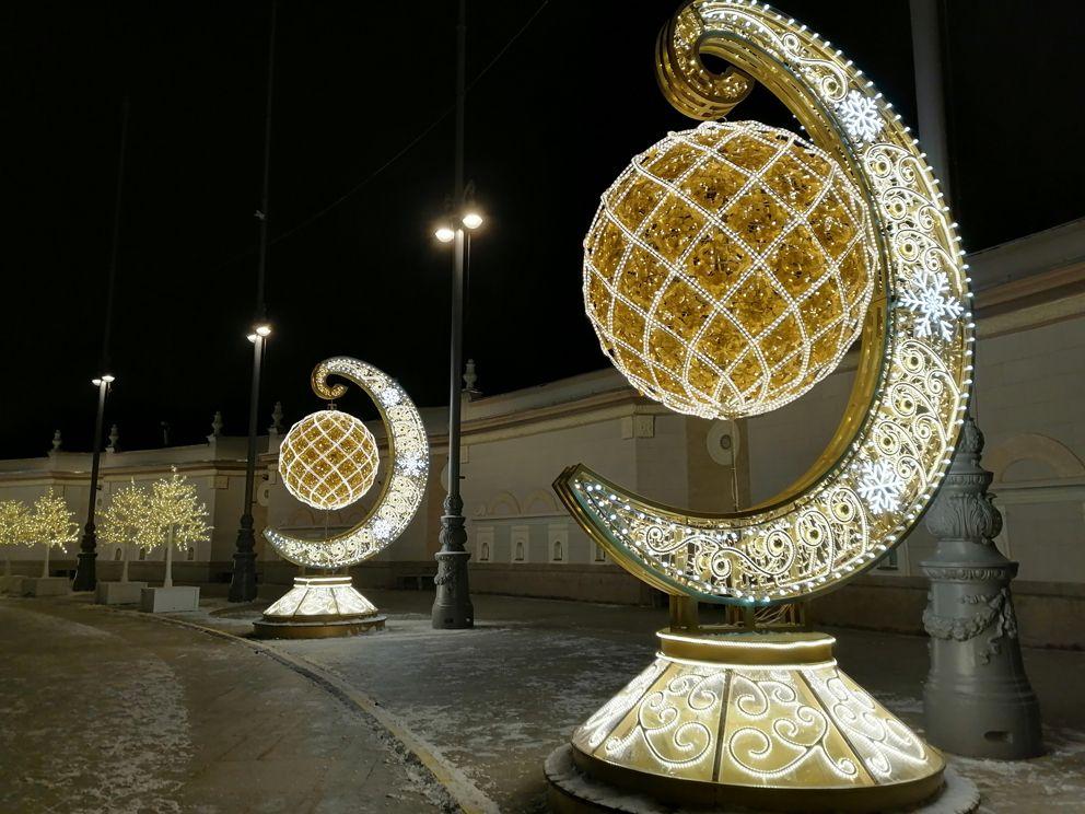 Золотые полумесяцы возле входа на ВДНХ