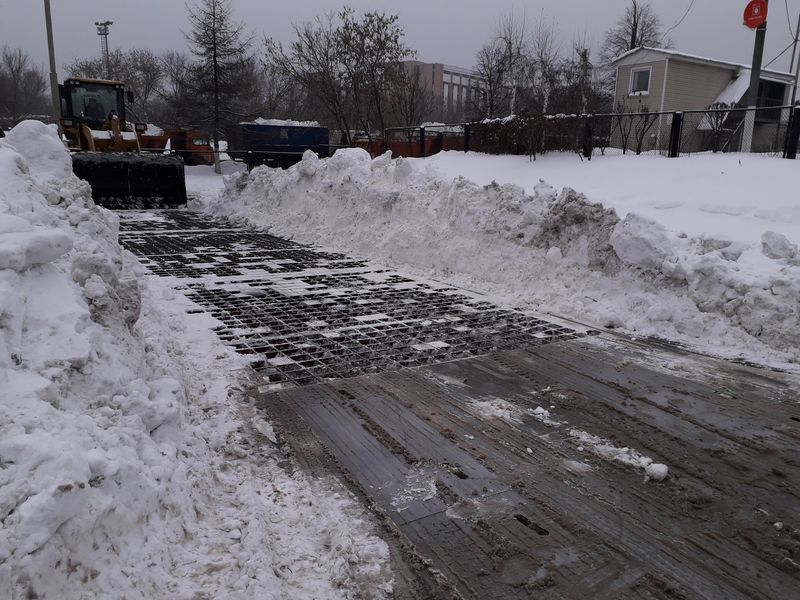 уборка снега, снегоплавильные пункты, зима в Москве,Красные КамАЗы