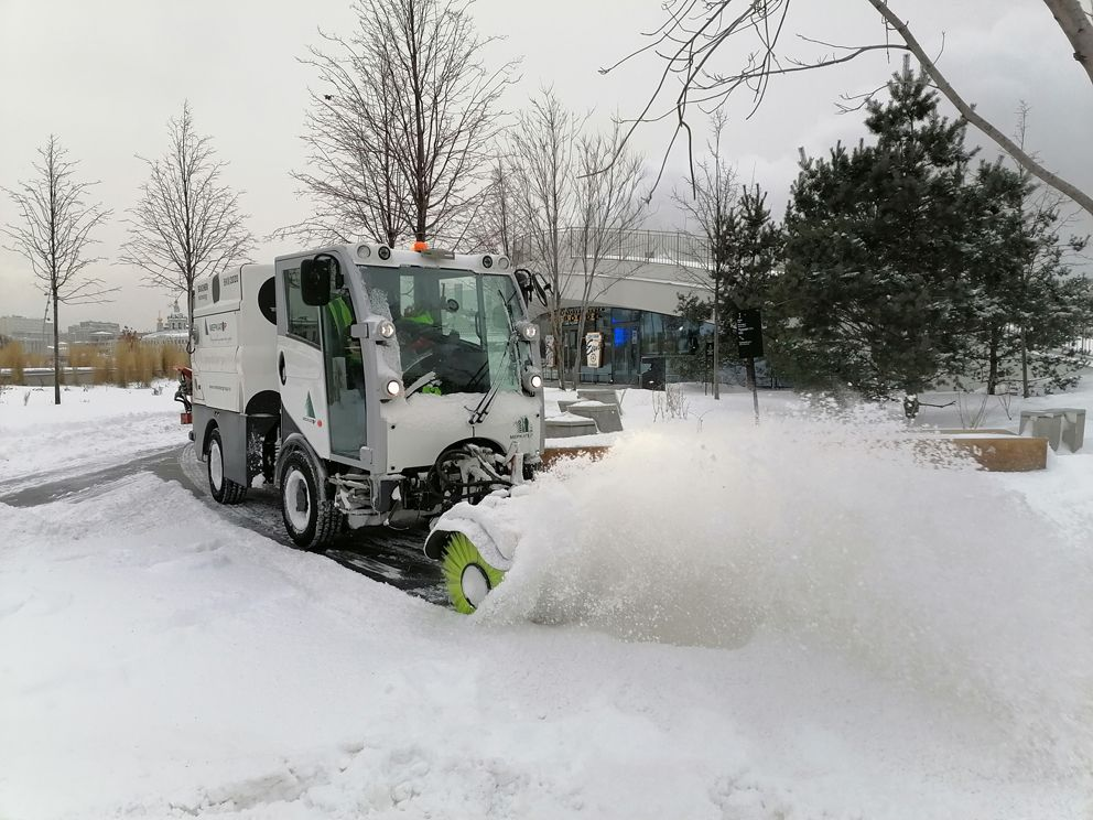 уборка снега, зима в Москве