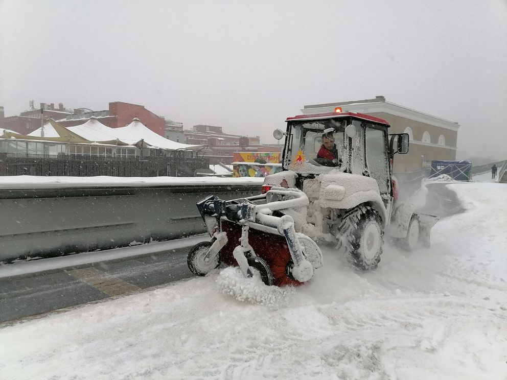 Патриарший мост, уборка снега
