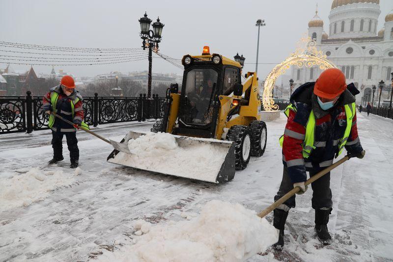 Патриарший мост, зима в Москве, уборка снега, трактор, техника рабочий