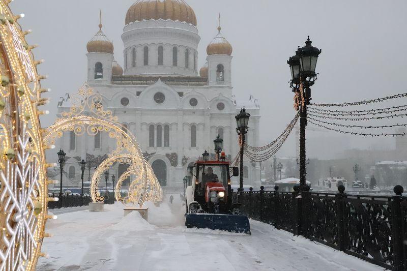 Патриарший мост, зима в Москве, уборка снега, трактор, техника