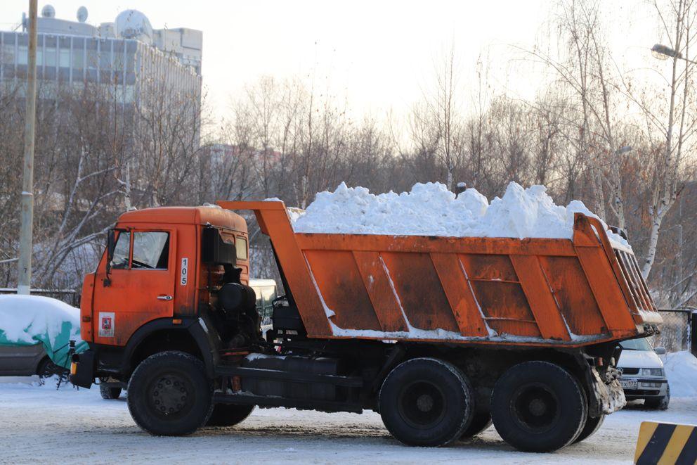 Машина со снегом приехала с снегосплавный пункт