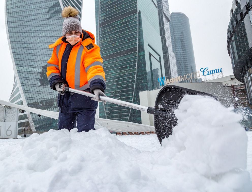 уборка снега, зима в Москве, снегопад, трактор