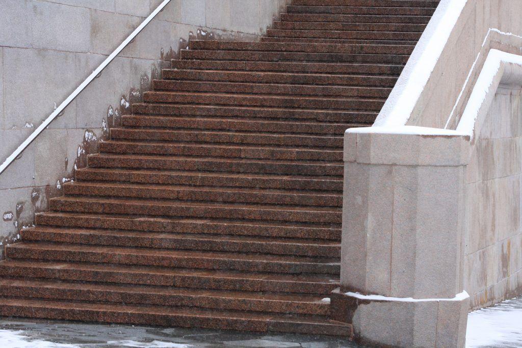 Отремонтированные ступени лестницы на Большом москворецком мосту