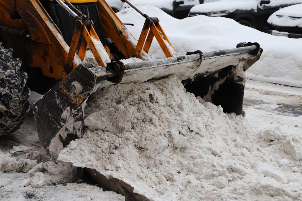 Ковшом собирать снег гораздо быстрее