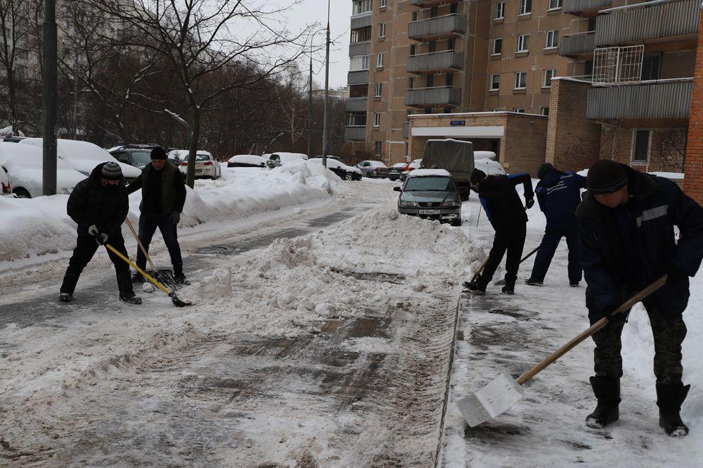 Рыхлый снег собирают пластиковыми лопатами, а наледь счищают алюминиевыми