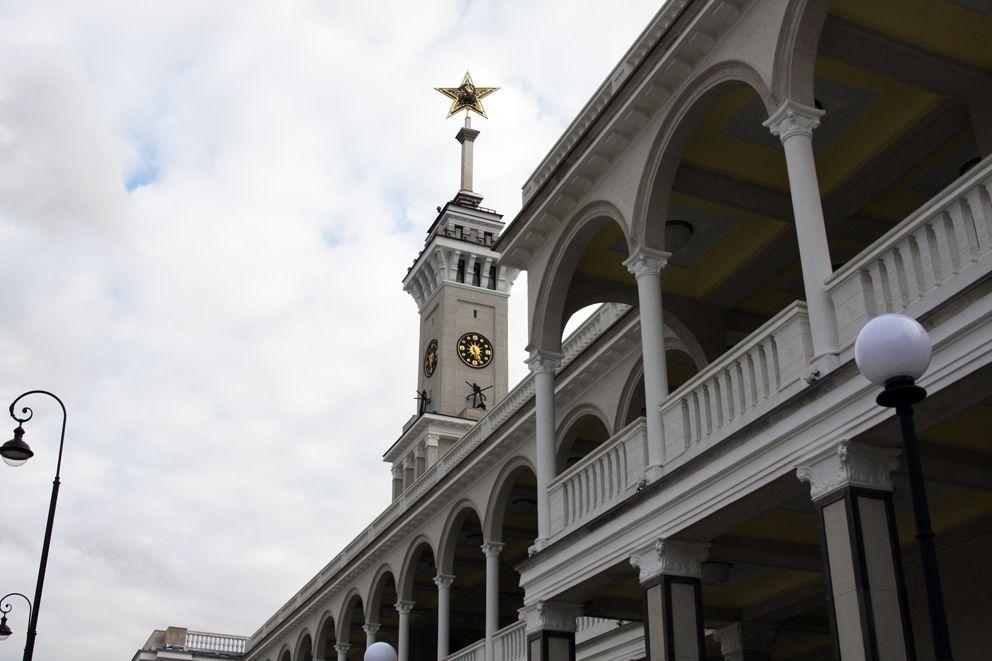 Башню вокзала завершает 27-метровый металлический шпиль