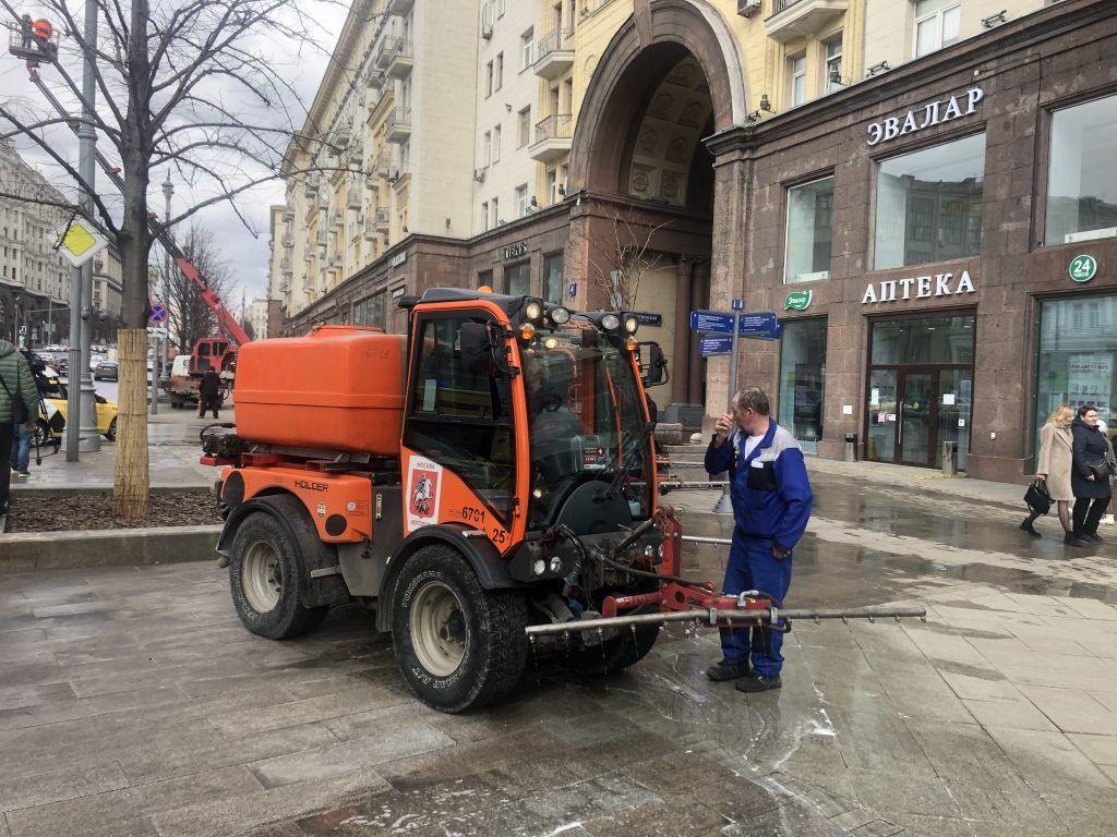 трактор, техника, промывка улиц, уборка улиц,