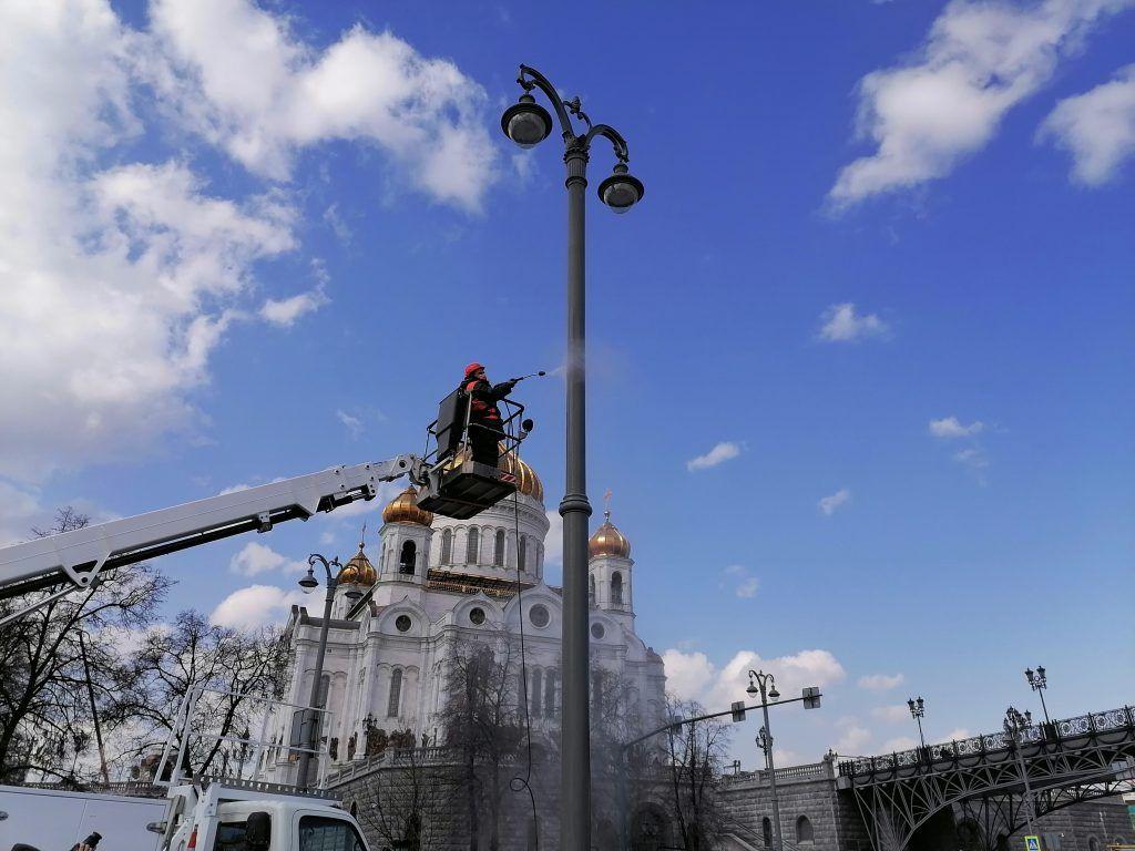 Храм Христа Спасителя, промывка, фонари, ОЭК, рабочий, весна, благоустройство