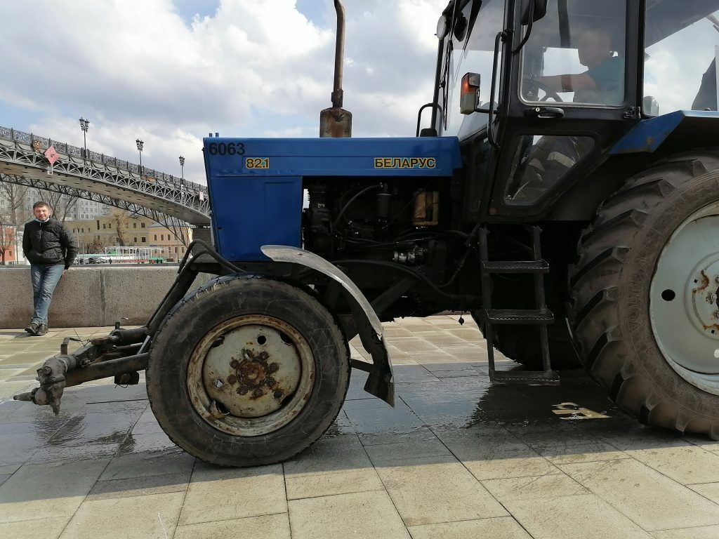 Пречистенская набережная, Москва-река, весна в Москве, промывка, трактор, техника