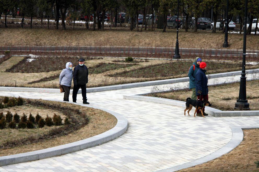 Москвичам нравится гулять в парке Северного речного вокзала в любое время года