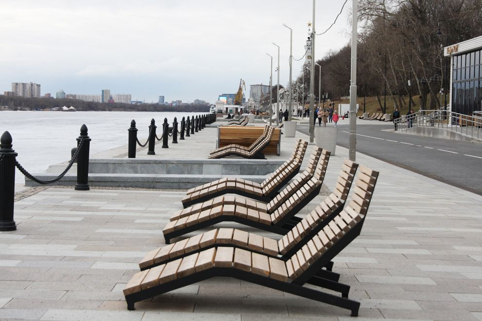 На набережной установлены шезлонги для комфортного отдыха у воды в тёплое время года