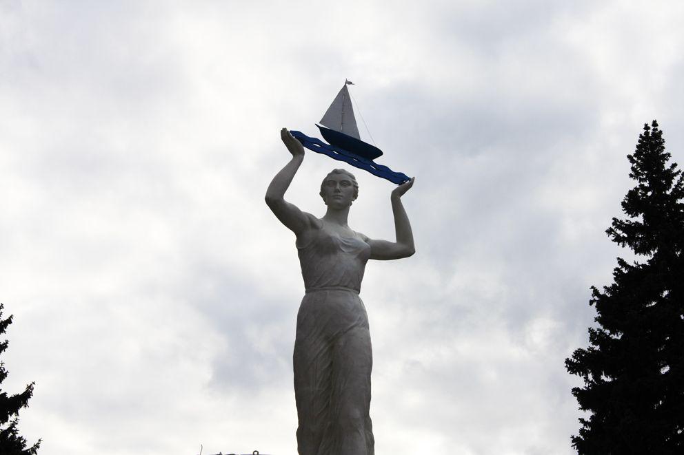 Памятник Водный путь является скульптурным символом канала им. Москвы
