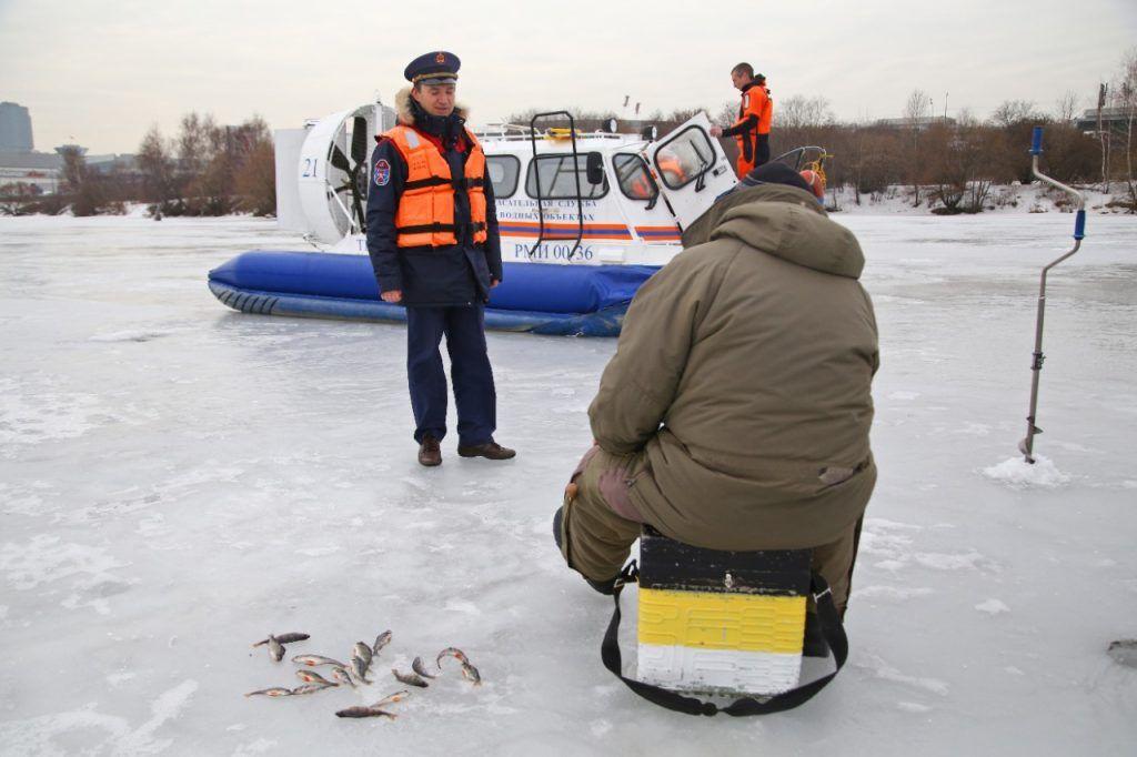 спасатели, рыбак, лед, рыба, рыбалка