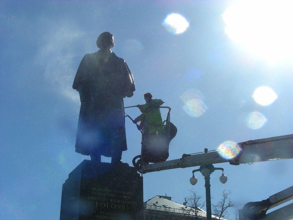 Памятник Гоголю, промывка памятника, весна