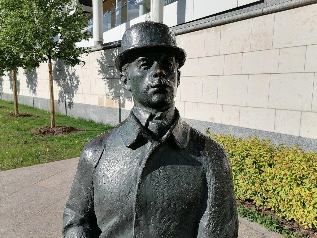 Памятник Шерлоку Холмсу и доктору Ватсону на Смоленской набережной