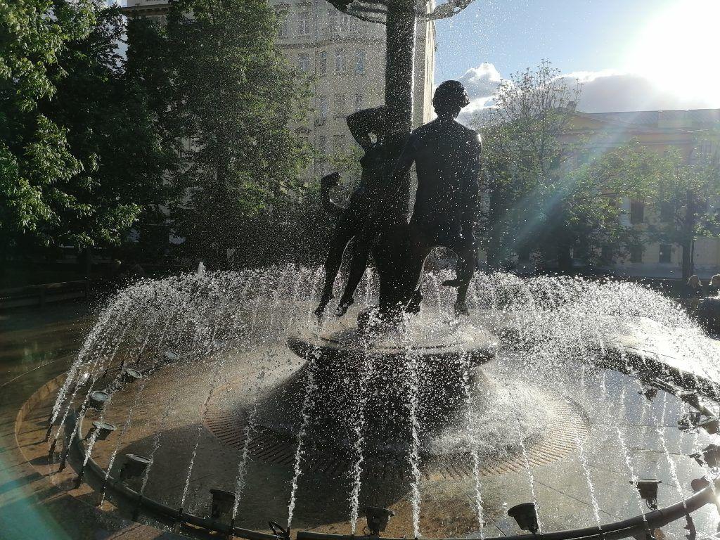 Скульптура-фонтан «Адам и Ева»