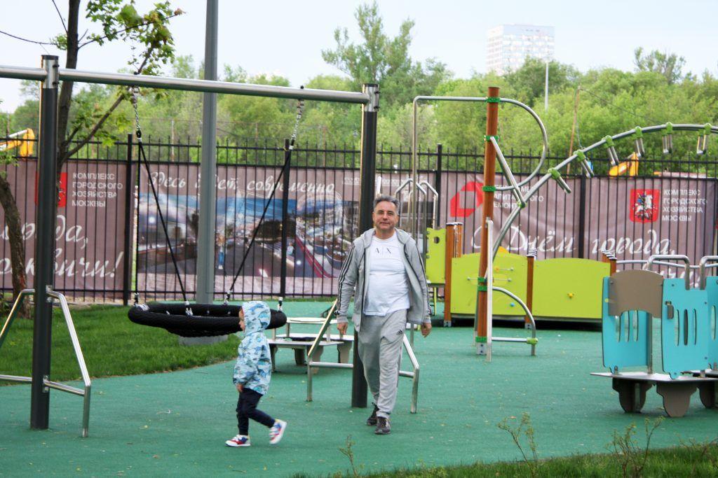 Папа с ребенком на детской площадке