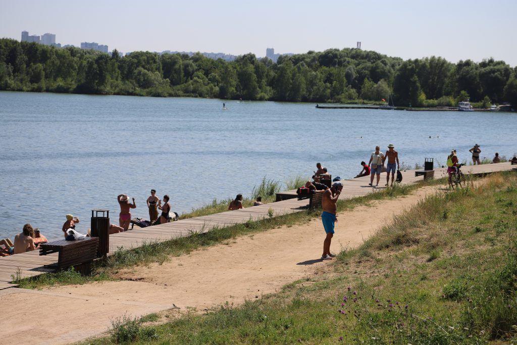 В жару на набережной Строгинской поймы всегда многолюдно (15)