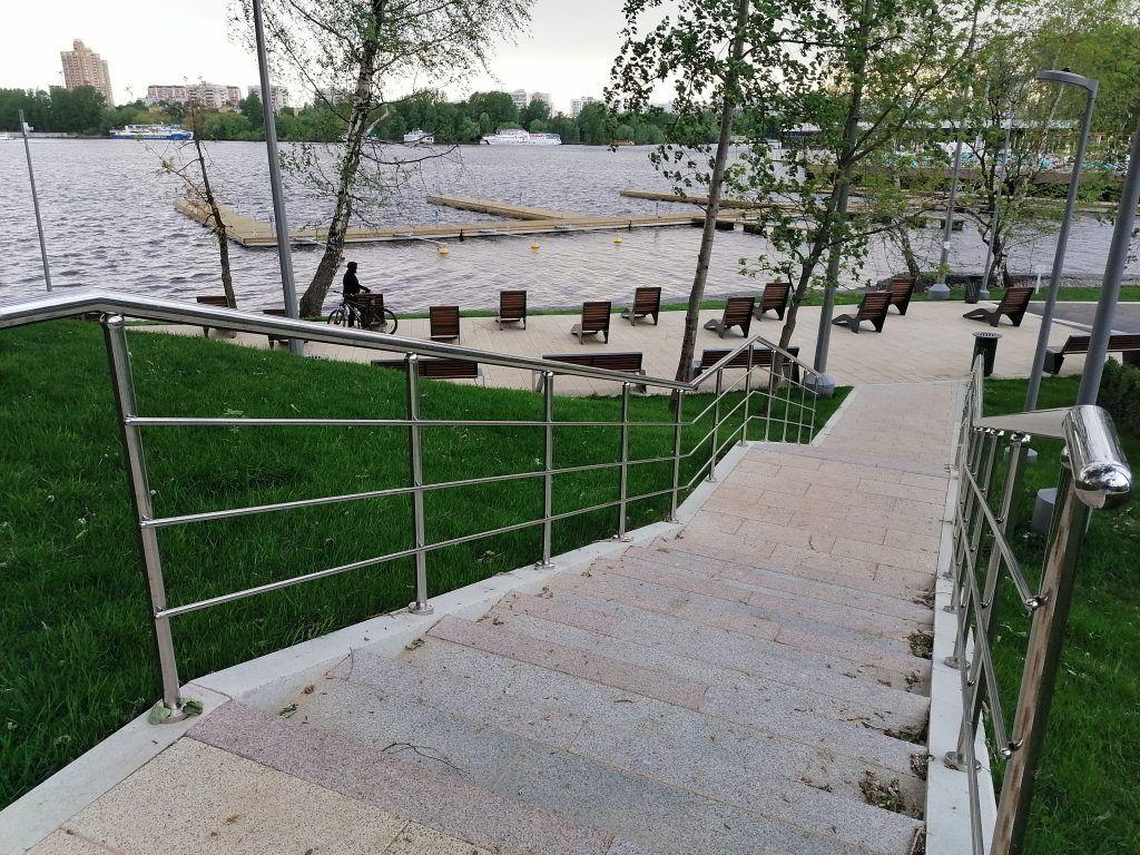 Спуск к зоне отдыха у воды на берегу Химкинского водохранилища