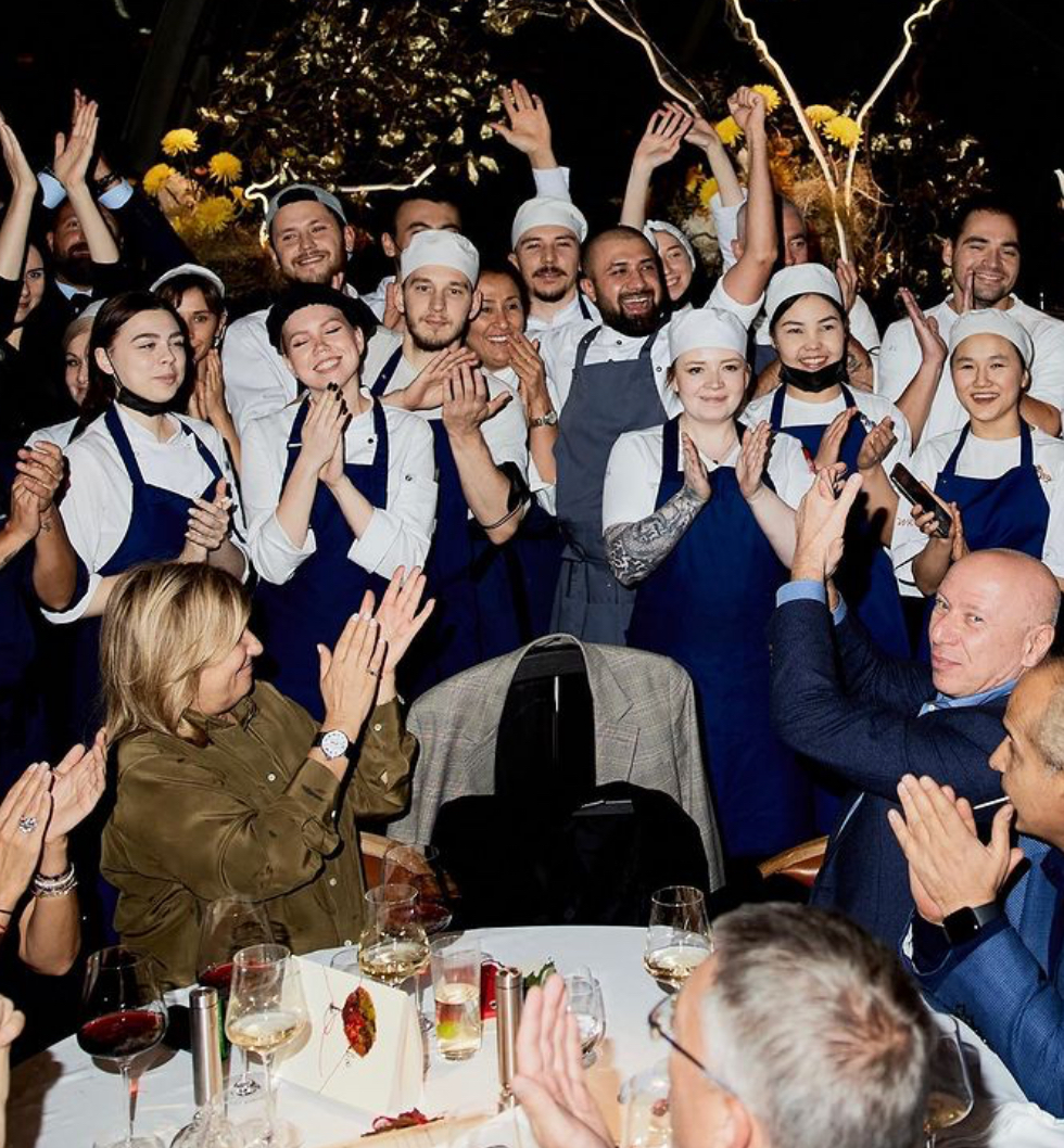 Надежда Соловьеа и Давид Давидович с коллективом ресторана