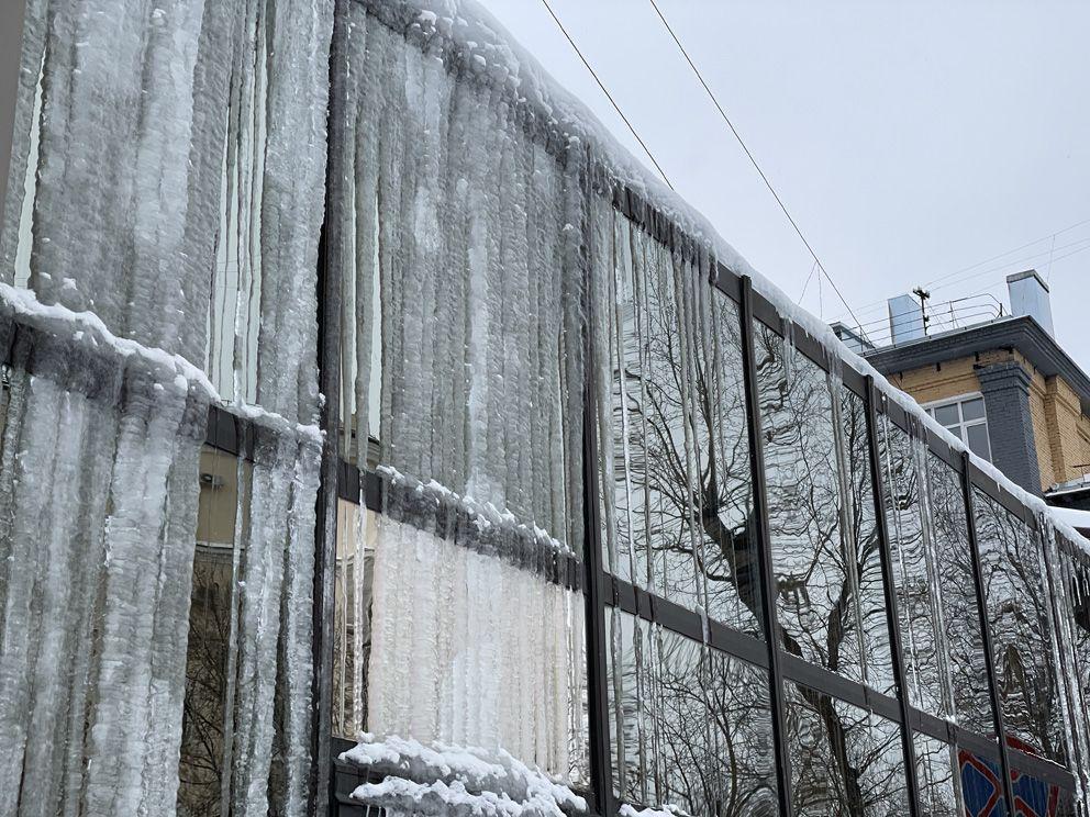 Сосульки, ледяной дождь, окно заледенело