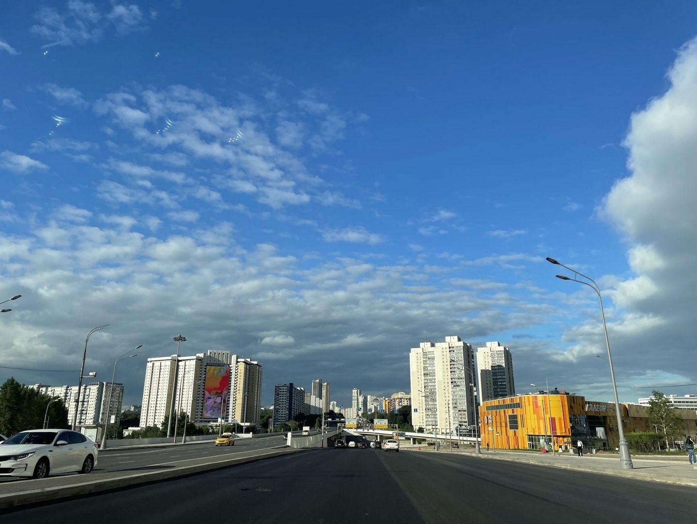 экология, чистый воздух, город, дом, дорога, машины, небо, облака, капремонт